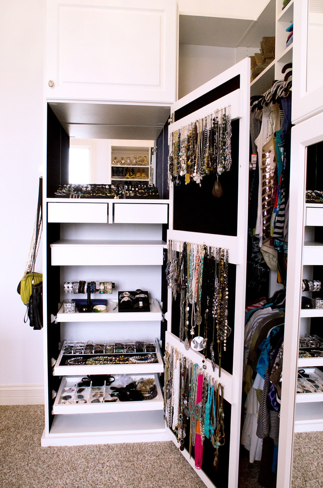 Organzing jewelry in a comfy way isn't that easy but walk-ins usually provide enough space for a dedicated cabinet so that won't be a problem.
